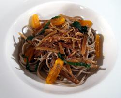 insalata di spaghetti integrali con alghe, uovo marinato e missoltino