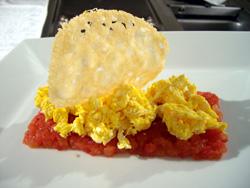 Uova strapazzate su un letto di pomodoro cotto